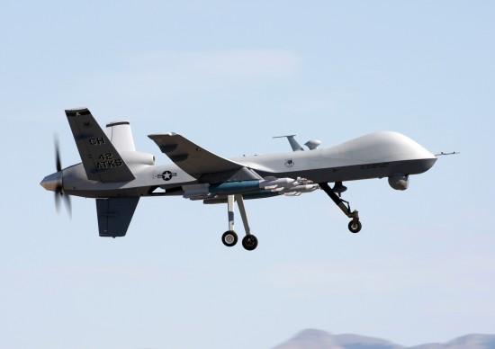 Eine ferngesteuerte Drohne vom Typ General Atomics MQ-9. Solche Flugkörper werden per Funkfernsteuerung gesteuert, der Operator sieht dabei die Bilder einer bordeigenen Videokamera. (Bild und Text: wikipedia)