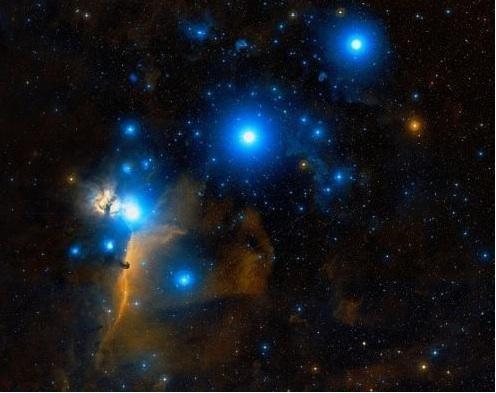 Der Gürtel des Orion. Darunter: Sigma Orionis (links der Bildmitte) und Pferdekopfnebel (sehr klein). Bild: Digital Sky Survey