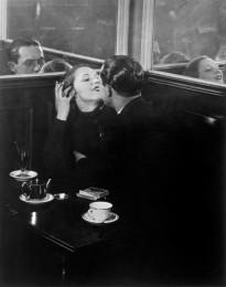 Liebespaar in einem Café des Quartier Italie in Paris, um 1932