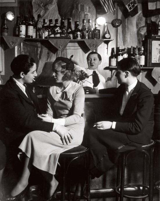 """Im Lesben-Club """"Le Monocle"""": die Chefin, Lulu de Montparnasse (links), im Gespräch mit einer Besucherin, um 1932"""