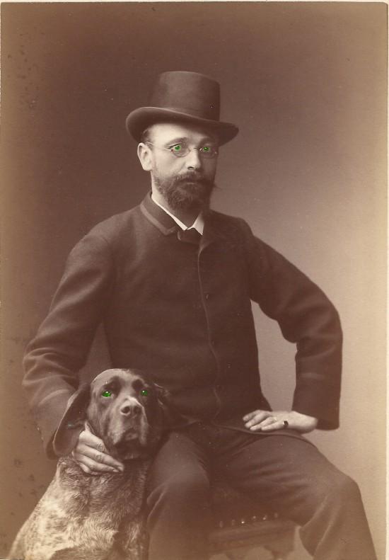 mann mit hund gruene augen
