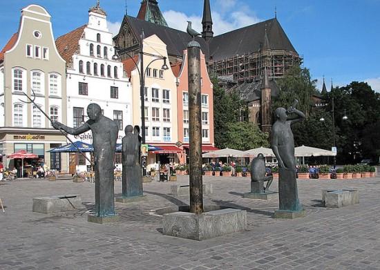 """Rostock Möwenbrunnen"". Lizenziert unter CC BY-SA 2.5 über Wikimedia Commons - http://commons.wikimedia.org/wiki/File:Rostock_M%C3%B6wenbrunnen.jpg#mediaviewer/File:Rostock_M%C3%B6wenbrunnen.jpg"