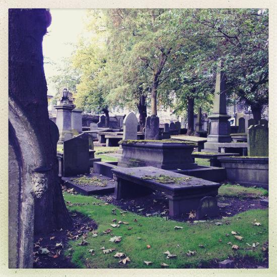 Pittoresk verfallen: Der Friedhof der Kirk of St Nicholas mitten in der Hauptshoppingstraße Aberdeens. Ein Ort, der MacBride schon für mehrere Romane verwendet hat