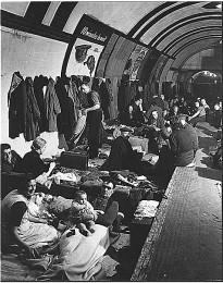 U-Bahnhof als Luftschutzbunker im Zweiten Weltkrieg, London (wikimedia commons)