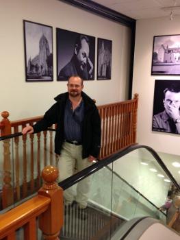 Original und Fälschung: Stuart MacBride von seinem Porträt im Buchladen Waterstone's