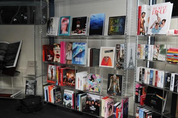 Prouvés Glaspavillon beherbergte eine Bibliothek mit 444 Taschen-Büchern (© Philippe Fitte)