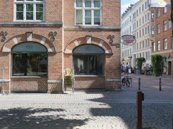 In der Blågårdsplads-Apotek stoßen Moussa und Axel zusammen (c) TGohlis