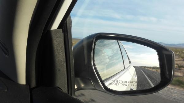 """Sicherheitswarnung!! """"Objects in mirror are closer than they appear"""" - Eingraviert auf dem Rückspiegel an der Beifahrerseite des Leihwagens…"""