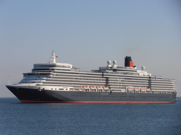 1200px-hamilton_bermuda_queen_elizabeth_arriving_port_of_tallinn_10_june_2012