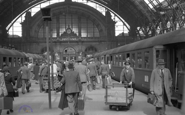 Frankfurt Hauptbahnhof ca. 1950 (Foto: Charles Thompson)
