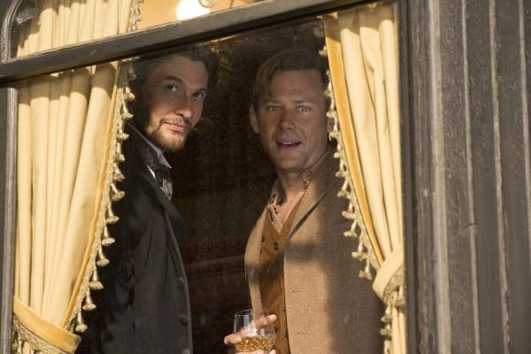Können es kaum erwarten: zwei Besucher gespielt von Ben Barnes und Jimmi Simpson