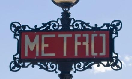 Métro_de_Paris,_Iéna_station,_totem_Val_d'Osne