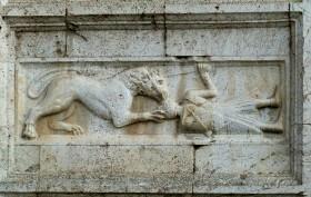 cm felix 2560px-Spoleto_San_Pietro_-_Hauptportal_4e_Löwe_Soldat