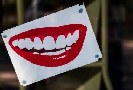 lipstick-photo-1619375182582-9a0815177bea